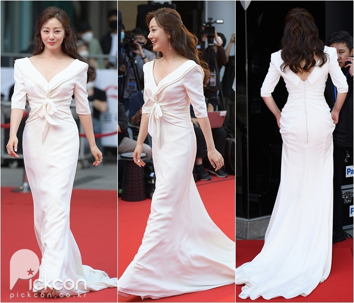 Actresses Wang Bit-na, Oh Na-ra Spotted in Same Mermaid Dress