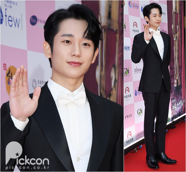 Lee Byung-hun, Jung Hae-in Hit Red Carpet in Contrasting Tuxes