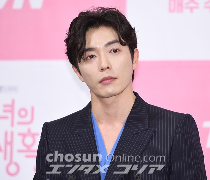 Kim Jae-wook Happy to Be Flexing Comedy Muscles in New TV Series