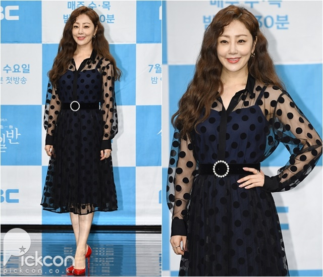 Actress Oh Na-ra Accentuates Her Glamor in Contrasting Colors
