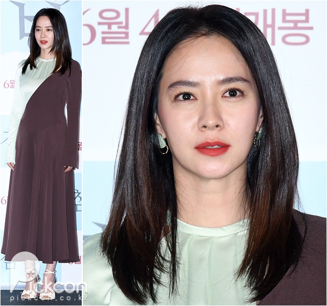 Actress Song Ji-hyo Looks a Treat in Two-Toned Dress